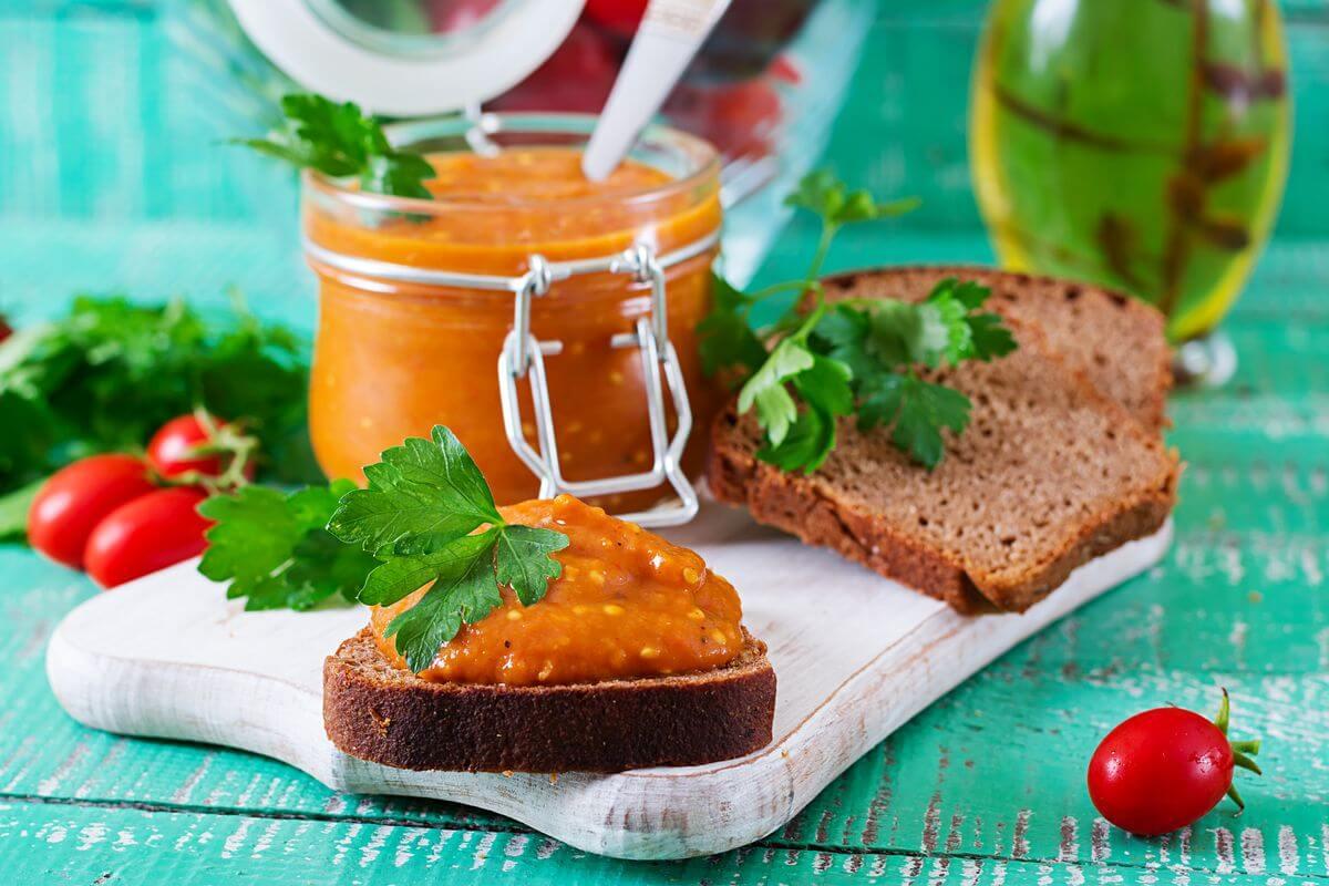 Низькокалорійна овочева ікра на зиму — 54 ккал на 100 грамів