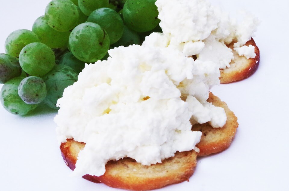 Чому корисно їсти сир щодня