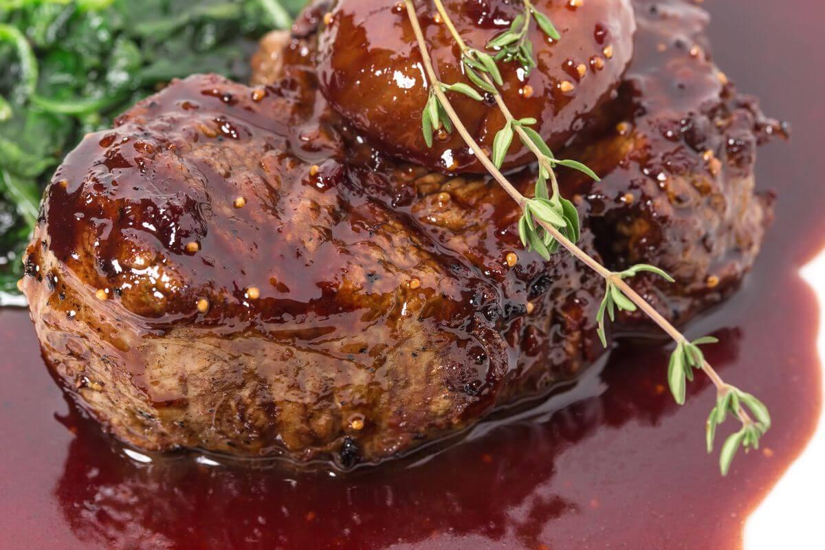Соковиті стейки на святковий стіл: 4 оригінальних рецепта