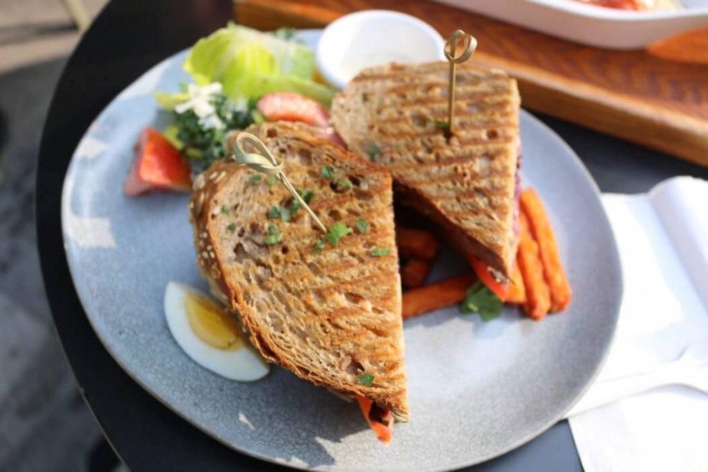 Корисний сендвіч з шинкою і яйцем