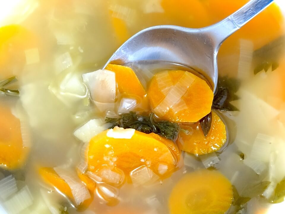 Худнемо до літа: дієтичний суп з куркою і легкий грибний супчик